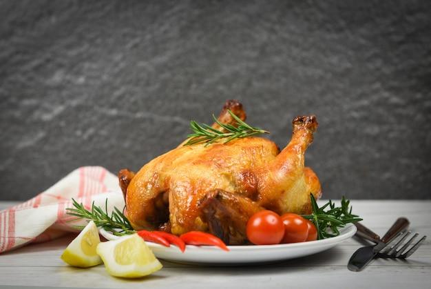 Poulet rôti au romarin et au piment citron / poulet cuit au four barbecue délicieux plats sur la table à manger pour célébrer les vacances