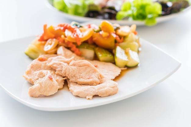 Poulet rôti aux légumes mélangés et salade sucrée