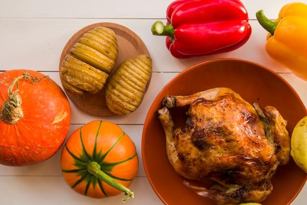 Poulet rôti aux pommes de terre sur table