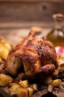 Poulet rôti sur planche de bois avec frites