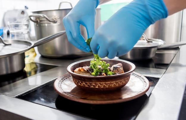 Poulet rôti avec pommes de terre et légumes sur la cuisinière. cuisine dans un restaurant.