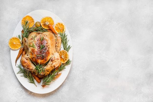 Poulet rôti traditionnel sur table lumineuse
