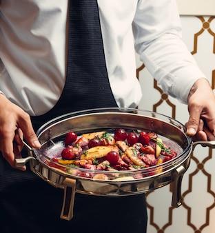 Poulet saj en sauce servi avec pommes de terre