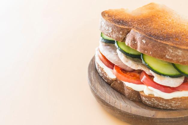 Poulet sandwich à la tomate et au concombre