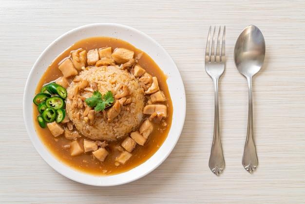 Poulet à la sauce brune ou sauce sauce avec du riz - style de cuisine asiatique