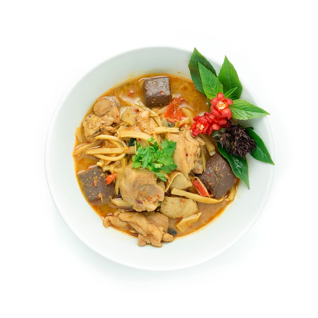 Poulet sauté au curry rouge, pousse de bambou