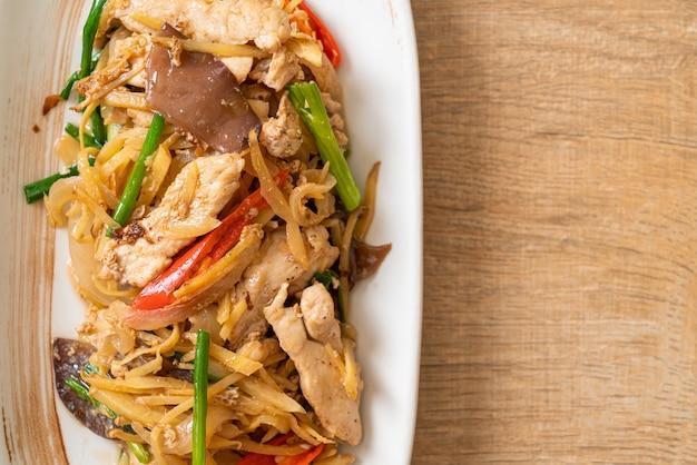 Poulet sauté au gingembre. style de cuisine asiatique
