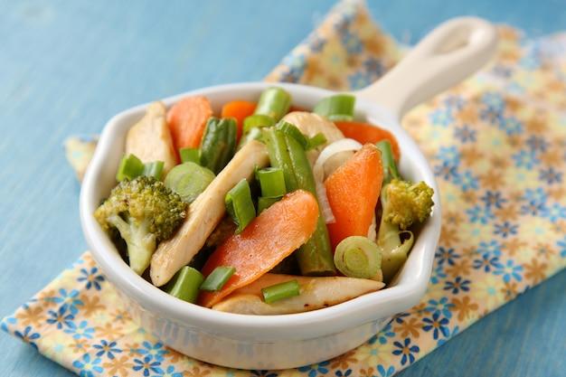 Poulet sauté aux légumes (carottes, oignons, brocoli, haricots verts)