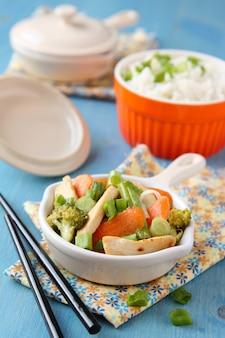 Poulet sauté avec des légumes (carottes, oignons, brocolis, haricots verts) et du riz