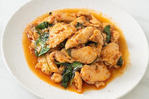 Poulet sauté avec pâte de piment ou pâte de piment - style de cuisine asiatique