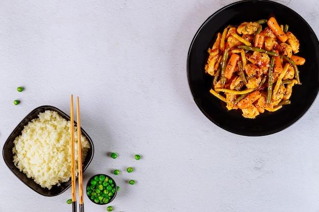 Poulet sauté avec petites carottes, haricots verts et riz