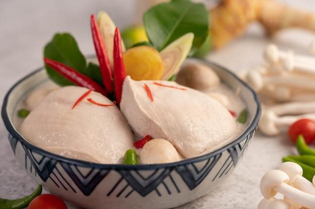 Poulet à la soupe de lait de coco, galanga, citronnelle et piment thaï.