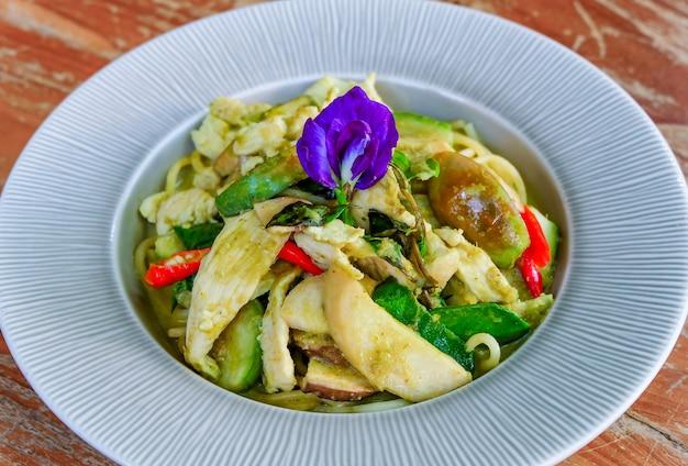 Poulet spaghetti avec sauce au curry vert, cuisine thaïlandaise