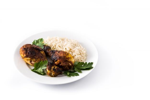 Poulet tandoori rôti avec du riz basmati dans une assiette isolé sur blanc espace copie