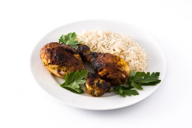 Poulet tandoori rôti avec du riz basmati dans une assiette isolé sur blanc