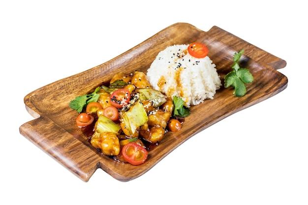 Poulet teriyaki avec du riz sur une plaque en bois, isolé sur blanc.