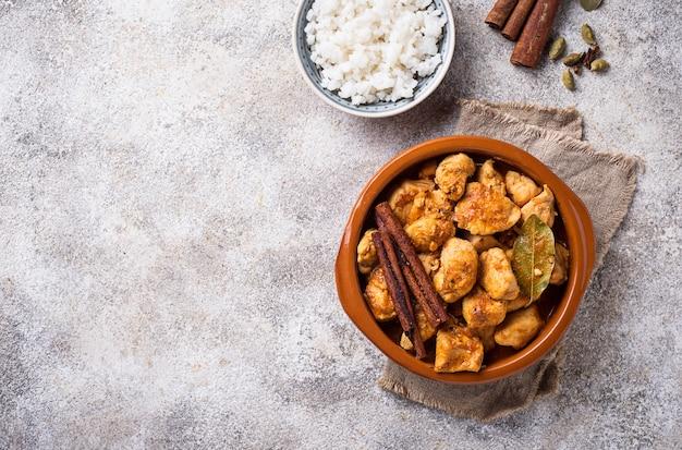 Poulet tikka masala. plat indien traditionnel