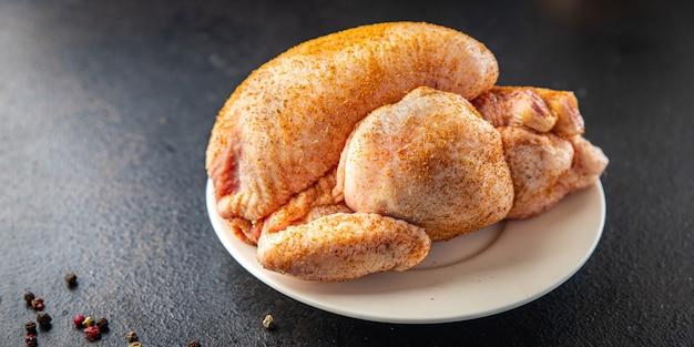 Poulet viande crue volaille poussin entier prêt à cuire ou à cuisiner collation de repas frais sur l'espace de copie de table