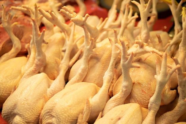 Poulets crus au marché du frais