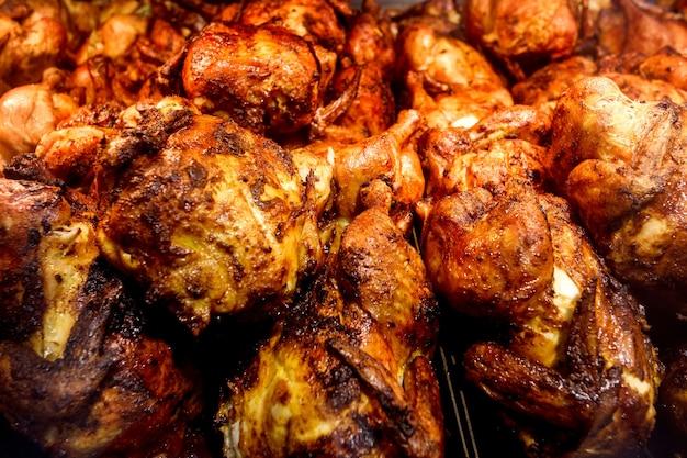 Poulets grillés cuits, poulet entier frit, empilé en vrac, en supermarché.