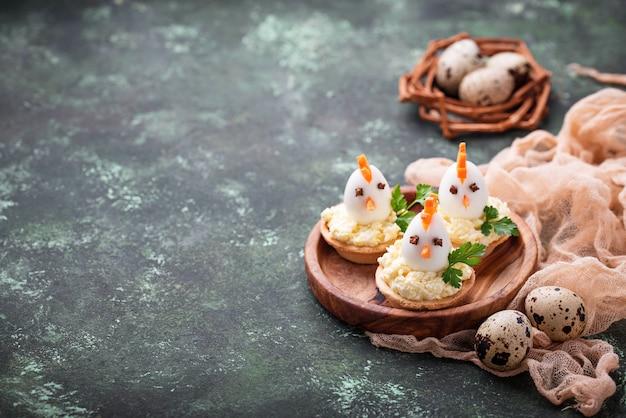 Poulets à partir d'œufs. apéritifs de pâques pour la fête