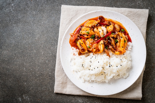 Poulpe ou calmar sauté et pâte épicée coréenne (osam bulgogi) avec riz