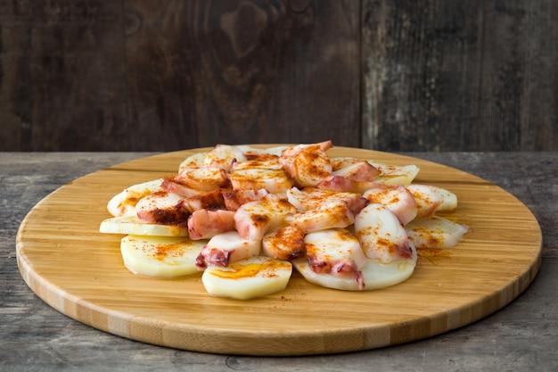 Poulpe galicien sur bois cuisine typique espagnole