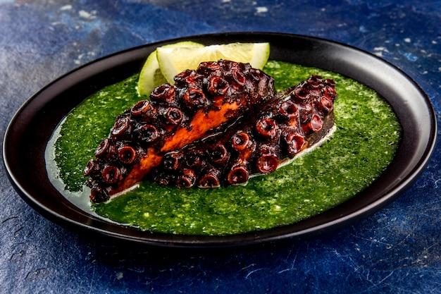 Poulpe grillé avec sauce verte