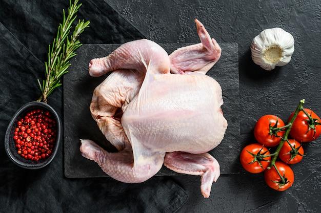 Poult entier cru au romarin et au poivre rose. vue de dessus