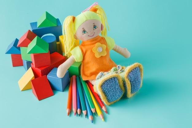 Poupée aux crayons de couleur
