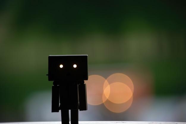 Une poupée en carton dont les yeux s'illuminent