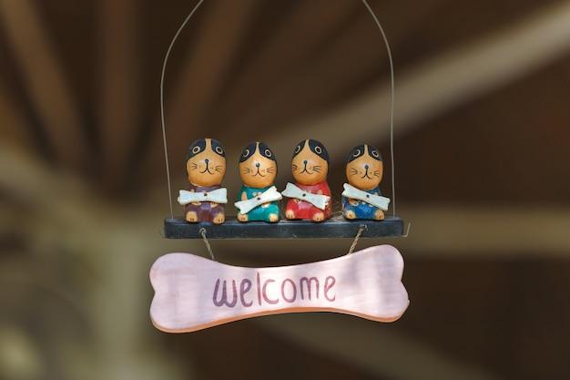 Poupée de décoration avec texte de bienvenue.
