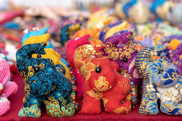 Poupée éléphant à vendre au marché de rue, thaïlande. souvenirs pour touristes au marché, gros plan
