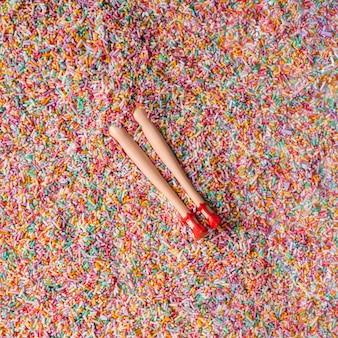 Poupée enterrée dans des paillettes colorées. concept minimal.