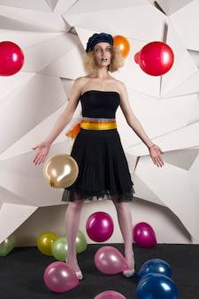 Poupée femme avec ballons multicolores anniversaire