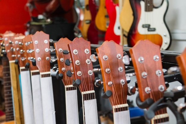 Poupée de guitare gros plan dans le magasin de musique