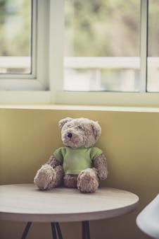 Poupée solitaire porte près de la fenêtre