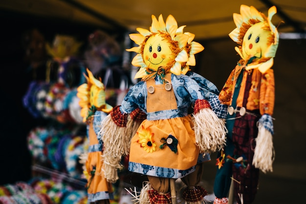 Poupées artisanales à shrovetide. effigie de paille traditionnelle, pour les vacances slaves traditionnelles. bourré de la tête du soleil