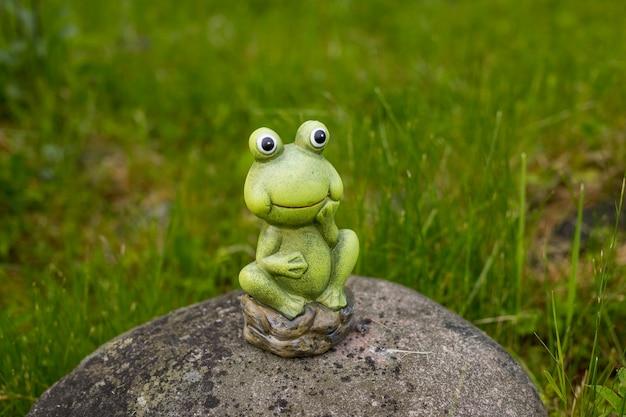 Des poupées de grenouilles décorent le jardin. une grenouille décorative dans le jardin.