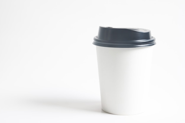Pour aller tasse de boisson chaude mock up pour la marque sur fond blanc