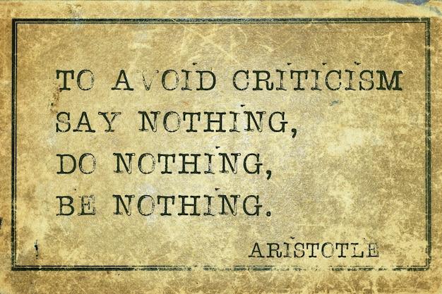 Pour éviter la critique, ne dites rien - citation du philosophe grec aristote imprimée sur du carton vintage grunge