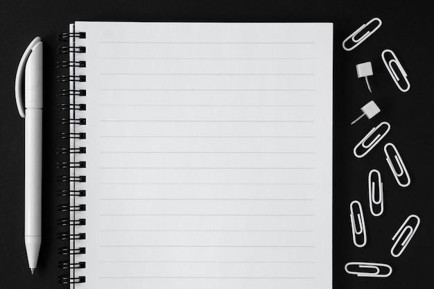 Pour faire la liste et stylo sur fond noir. retour à l'école.
