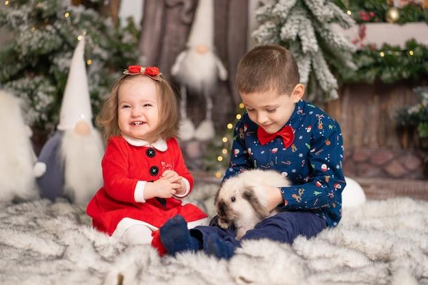 Pour les jeunes enfants, le père noël a donné un lapin moelleux pour noël