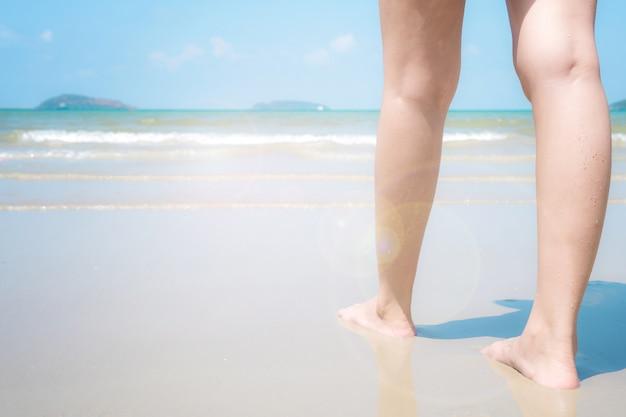Pour les jeunes femmes qui sont allées à l'avant pour nager dans la mer.