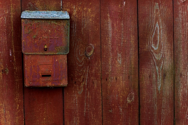 Pour les lettres et les journaux. traduction du texte russe. boîte aux lettres sur la clôture en bois rouge