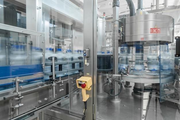 Pour la production de bouteilles en plastique et de bouteilles sur une usine à bande transporteuse
