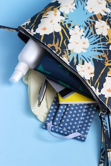 Pour le shopping pendant la période de quarantaine: masque, gants, désinfectant, liste de courses, carte bancaire.