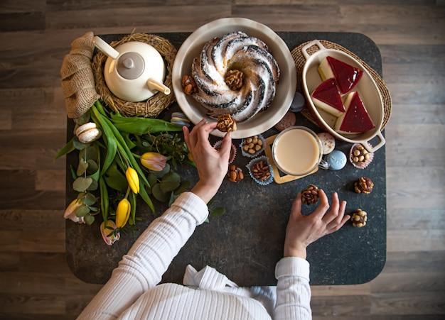 Pour une table dressée avec de la nourriture, vacances de pâques.