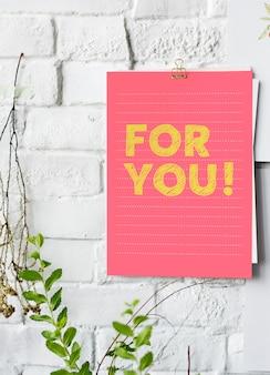 Pour toi affiche sur un mur blanc