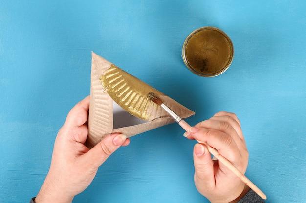 Pourim. diy cookies hamantaschen d'assiettes en carton avec douce surprise à l'intérieur